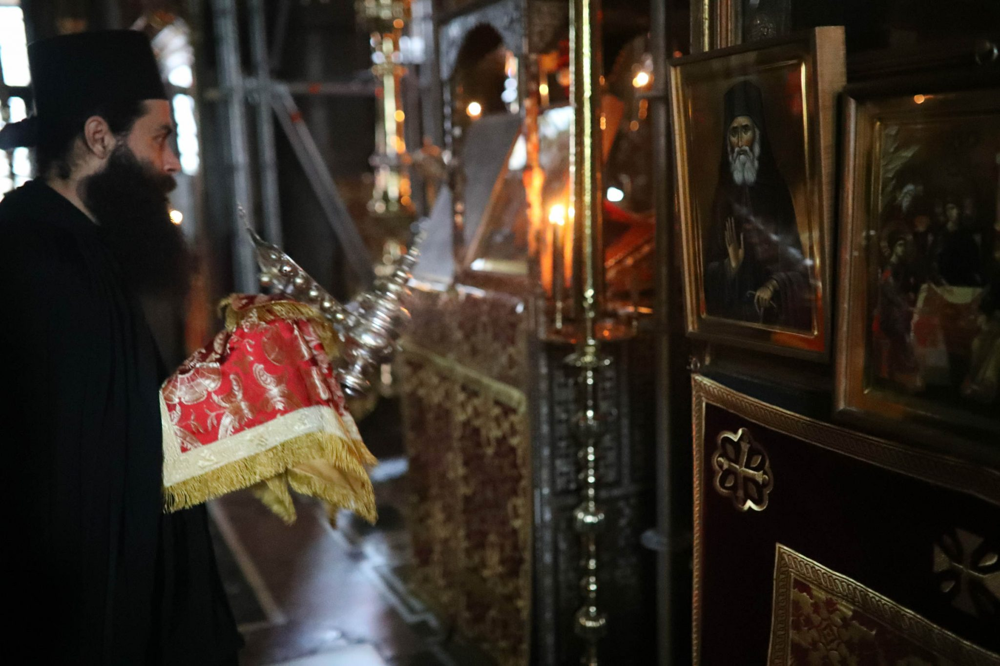 Saint Paisios of Mount Athos' feast: incensing the icon